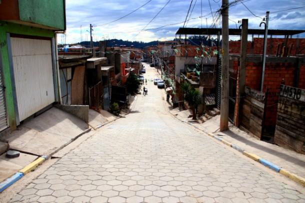 Guias, sarjetas, calçadas e pavimento chegaram ao Jardim Record com o projeto de Urbanização. (Foto: Ricardo Vaz / PMTS)