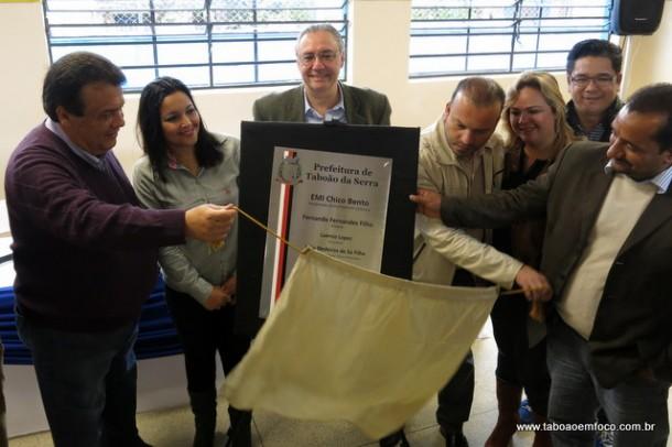 Ao lado de vereadores, prefeito Fernando Fernandes inaugura ampliação da EMI Chico Bento.