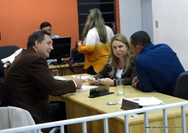 Os vereadores Lune e Moreira 'comemoram' a chegada na oposição da vereadora Luzia Aprígio.