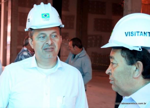 Eduardo Campos e Aprígio conversam durante visita do candidato a Taboão da Serra.