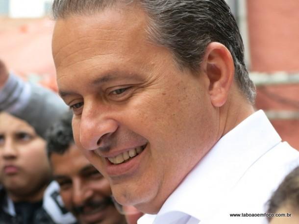Candidato a presidente Eduardo Campos morre aos 49 anos em acidente aéreo.