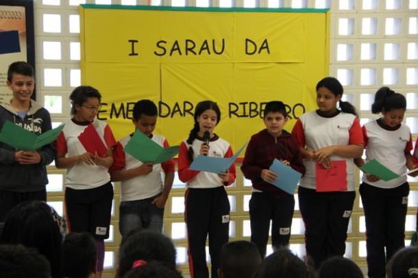 Alunos declamaram poemas e poesias durante o primeiro Sarau da EMEB Darcy Ribeiro. (Foto: Vagner Hernandez / PMTS)