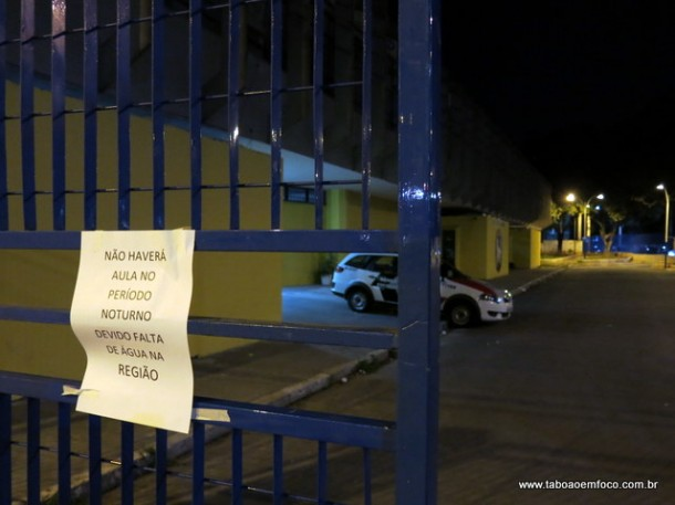 Cartaz afixado no portão da escola avisa aos alunos o motivo para o cancelamento das aulas.