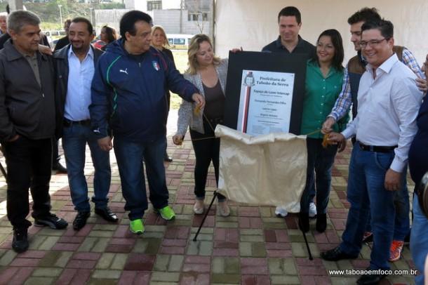 Prefeito Fernando, vereadores e moradores do bairro durante inauguração do Parque Linear do Intercap.