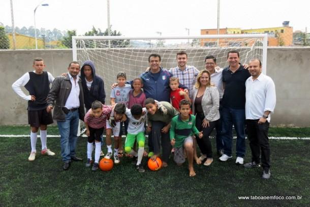 Moradores do Ponte Alta ganham quadra de futebol com grama sintética.