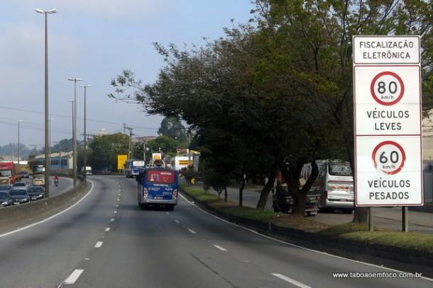 Placa de sinalização no início da Rodovia Régis Bittencourt em Taboão com indicação da velocidade máxima permitida.