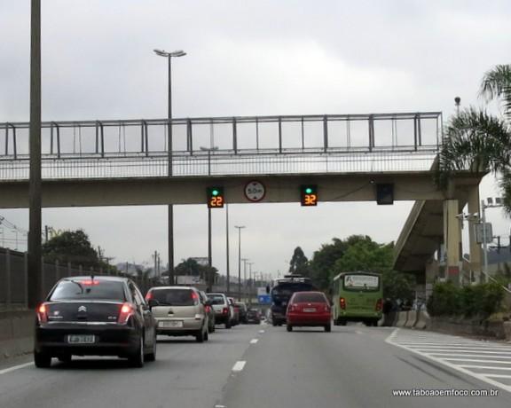 Motorista reduzem a velocidade ao extremo na passagem pelo radar instalado na Rodovia Régis Bittencourt.