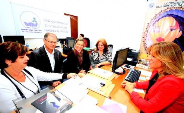 Os Secretários Municipais Raquel Zaicaner (Saúde),  Gerson Brito (Segurança), e Laura Favero (Desenvolvimento Econômico), a Coordenadoria dos Direitos da Mulher Sueli Amoedo e a Promotora  Maria Gabriela Manssur discutem o projeto. (Foto: Divulgação / MP-SP)