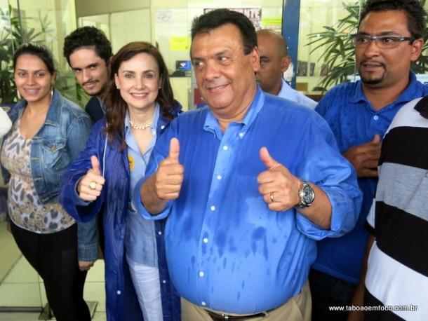 Analice e Fernando comemoram a visita dos candidatos Aécio Neves e Geraldo Alckmin a Taboão.