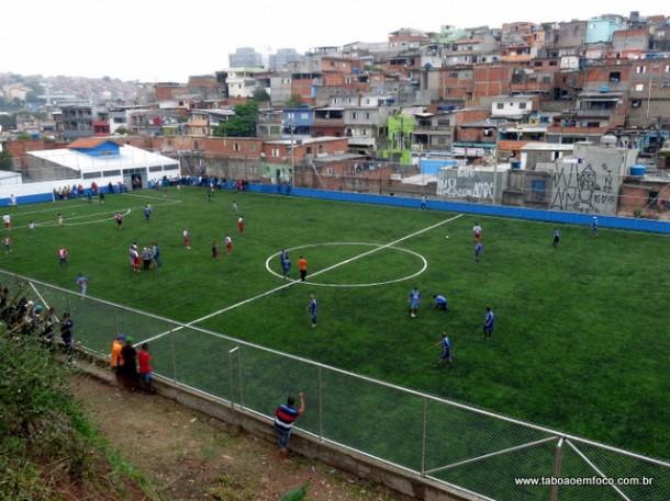 Campo do Jardim Leme em Taboão da Serra ganha grama sintética.