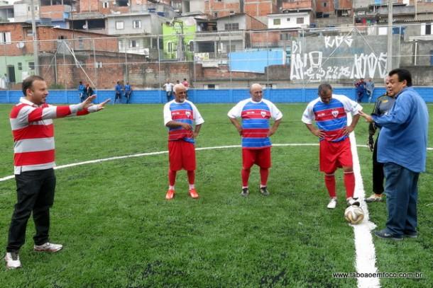 TABELINHA: Na inauguração do novo gramado, o prefeito Fernando tocou para o vereador Carlinhos do Leme que despachou a bola para os jogadores do Fortaleza.