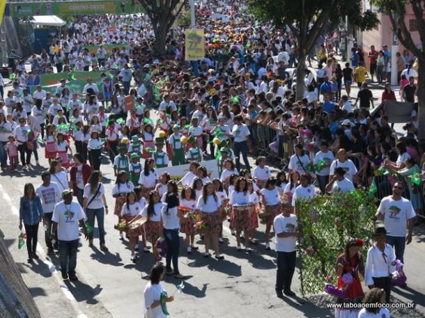 Milhares de pessoas acompanham o desfile de 7 de setembro em Taboão da Serra.