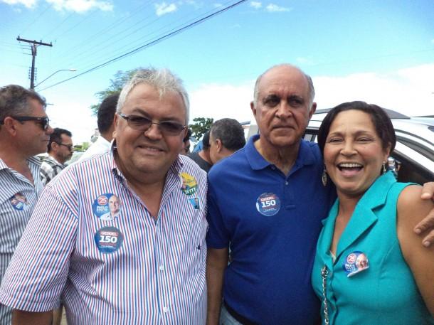 Ex-vereadora de Taboão, Fausta Leite, posa ao lado do candidato a governador Paulo Souto na Bahia.