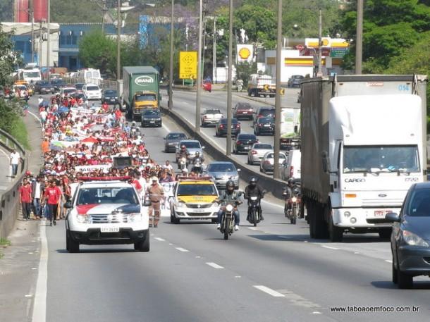 Movimento Sem Terra caminha na Rodovia Régis Bittencourt, que ficou interditada diversas vezes na manhã desta quarta (24).