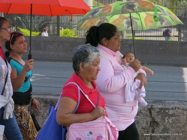 Durante manifestação do MST em Taboão da Serra, mulher caminha horas com criança de colo.
