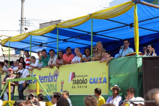 Políticos e autoridades policiais assistem ao desfile cívico de 7 de setembro em Taboão.