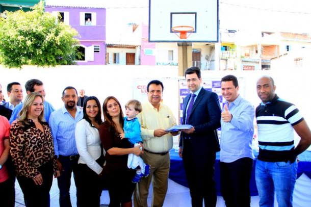 Documentação ao Cartório de Registro de Imóveis de Taboão foi entregue pelo prefeito Fernando Fernandes na reunião com os moradores do Jd. Novo Horizonte Fase I, II e III (Foto: Ricardo Vaz / PMTS)
