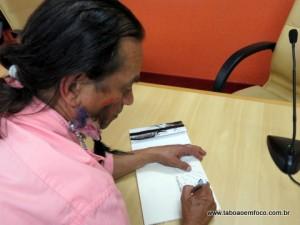 Tin Tin Alves dá autógrafo durante lançamento de livro.