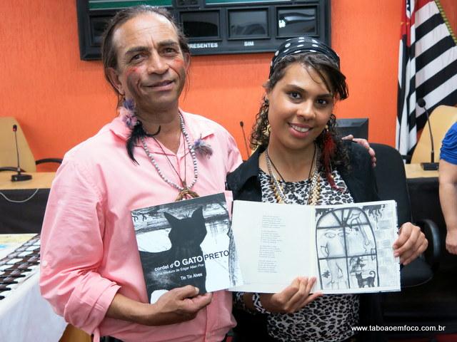"""Escritor Tin Tin Alves lança """"cordel d'O GATO PRETO"""" ao lado de Karina Barbosa, que fez a ilustração da publicação."""
