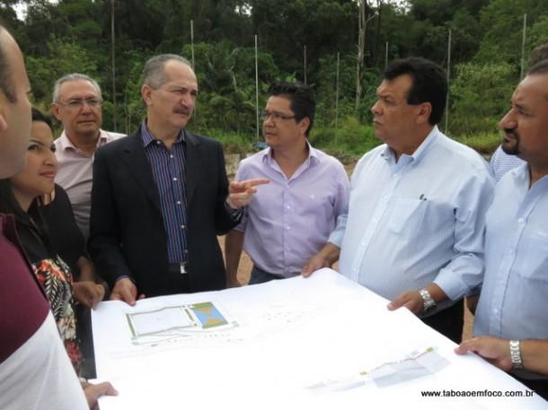 O então ministro dos Esportes, Aldo Rebelo, conversou com o prefeito Fernando Fernandes durante visita em 2014 ao terreno que vai abrigar o Centro de Iniciação ao Esporte (CIE). (Foto: Arquivo)