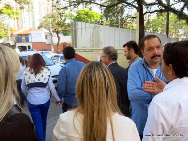 Aprígio, de costas a direita, acompanha a saída do prefeito Fernando, a quem não cumprimentou.