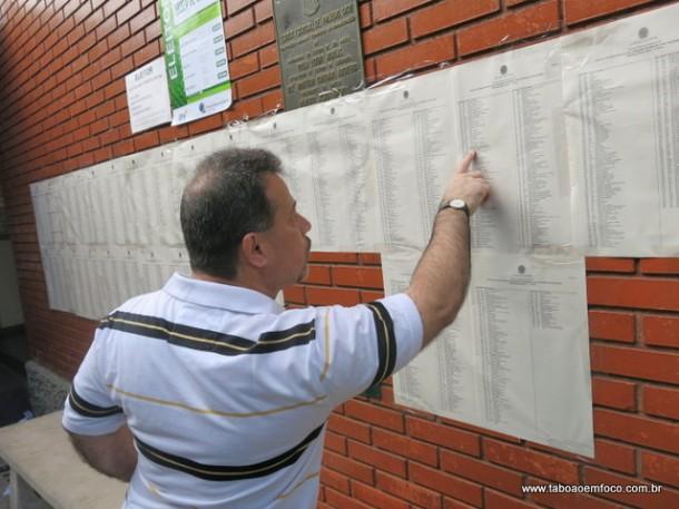 Eleitor de Taboão da Serra verifica o número de seus candidatos antes de votar.