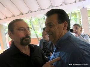 Um dos últimos atos de cordialidade entre os ex-prefeitos Evilásio e Fernando durante a votação nas eleições de 2014.