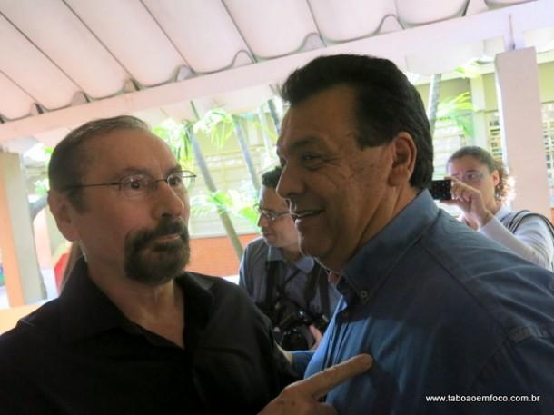 O ex-prefeito Evilásio Farias cumprimento o prefeito Fernando Fernandes durante votação em Taboão da Serra