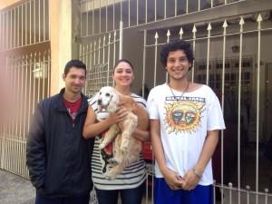 Na manhã seguinte ao resgate, a cachorrinha posa para foto com o casal Felipe e Mariana e o jovem que filmou o resgate. (Foto: Arquivo Pessoal)