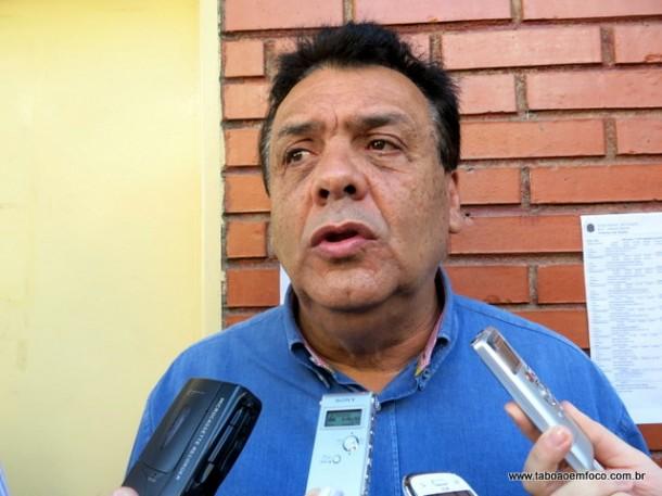 Prefeito Fernando Fernandes garante que não persegue o ex-vereador Aprígio. Mas exige que ele cumpra a lei para aprovação de projetos.