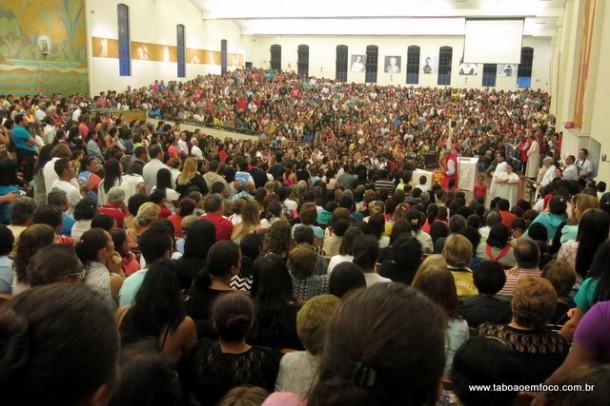"""Milhares de fiéis lotam o Santuário em homenagem ao """"Dia de Santa Terezinha""""."""
