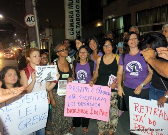 Manifestantes pedem o encerramento do processo administrativo contra a professora Sandra Fortes.