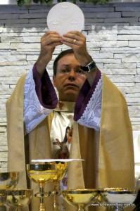 Monsenhor Aguinaldo celebra missa no Santuário Santa Terezinha.
