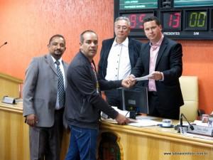Presidente da Imperatriz do Samba, Oderlan de Souza entrega carta com pedido de ajuda aos vereadores.