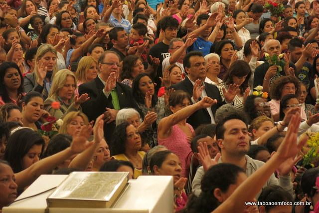 Políticos de Taboão da Serra participam de missa no Santuário Santa Terezinha.