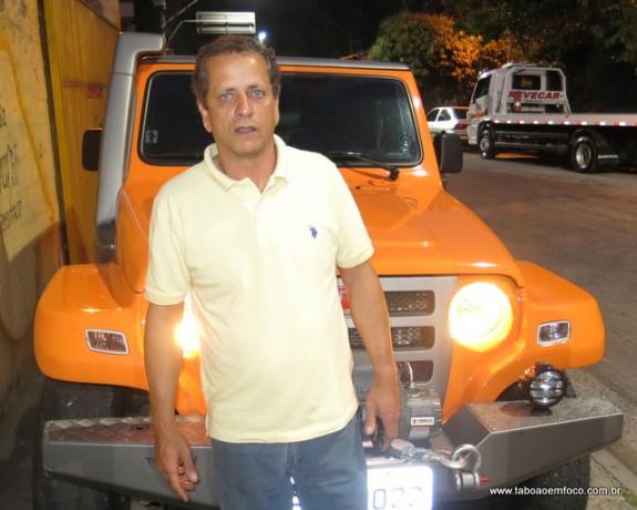 Acostumado a resgatar carros, o empresário Reinaldo Rocha entrou com sua Troller dentro do Córrego Poá e resgatou uma cachorrinha ilhada.