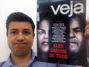 Vereador Marcos Paulo com revista Veja_Out14
