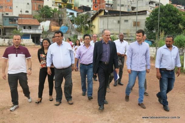 Ao lado do prefeito Fernando e do secretário de esportes Fábio Fernandes, ministro Aldo Rebelo vistoria terreno que será construído equipamento esportivo.
