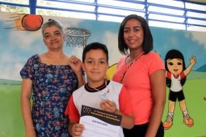 Elenita Mendes, mãe do aluno Job Pereira, ficou orgulhosa do seu filho de nove anos (Foto: Vagner Hernandez / PMTS)