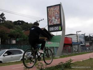 Ciclista pedala na primeira parte da ciclovia das avenidas Eliseu de Almeida/Pirajussara.