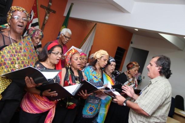 Coral da Melhor Idade se apresenta na entrega da medalha Zumbi dos Palmares que acontece na Câmara Municipal. (Foto: Ricardo Vaz / PMTS)