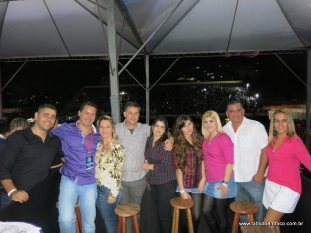Em um dos camarotes, Eduardo Nóbrega assiste ao show de Gusttavo Lima ao lado da esposa e amigos.
