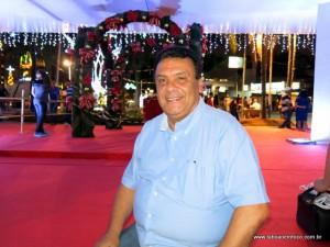 Prefeito Fernando Fernandes faz a última vistoria na decoração natalina antes da chegada do papai noel.