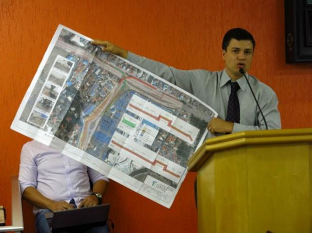 Vereador Marcos Paulo mostra o projeto da alça de acesso protocolado pelo Shopping Taboão, que não foi aprovado e deve ser readequado. (Foto: Sandra Pereira / Jornal Na Net)