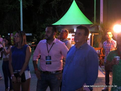 Ao lado do organizador do rodeio Ney Santos, o prefeito Fernando Fernandes assiste as atrações da noite.