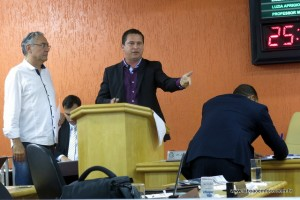Presidente Eduardo Nóbrega ironizou a 'inexperiência' de alguns vereadores e tentou - sem sucesso - aprovar projeto que criar novos cargos na Câmara.
