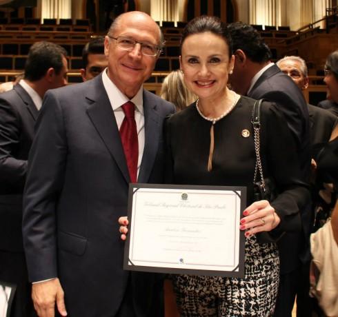 Ao lado do governador Geraldo Alckmin, Analice recebe o diploma de deputada estadual. (Foto: Reprodução / Facebook Analice Fernandes)