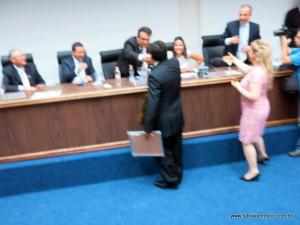 A foto ficou péssima, mas esse foi o registro cumprimento entre os desafetos Aprígio e Fernando no início do mês.