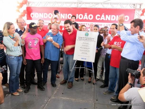 Placa de inauguração do Residencial João Candido é descerrada.