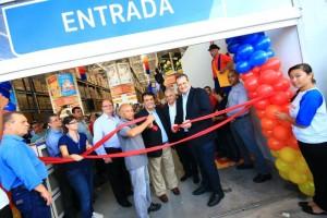 Presidente do Assaí Atacadista, Belmiro Gomes, e o prefeito de Taboão da Serra, Fernando Fernandes, durante cerimonia de inauguração da loja.